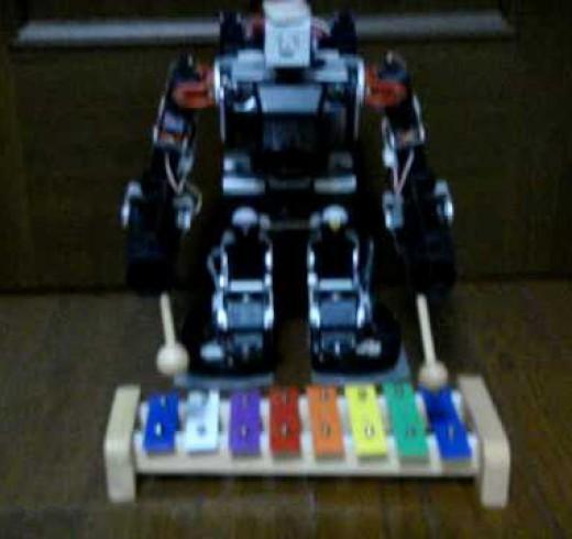 Робот исполняет «Джингл безз»