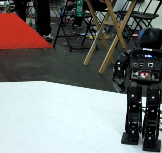 Робот DARwIn-OP на робоиграх 2011