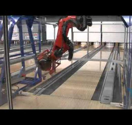 Роботы проиргывают человеку в боулинг