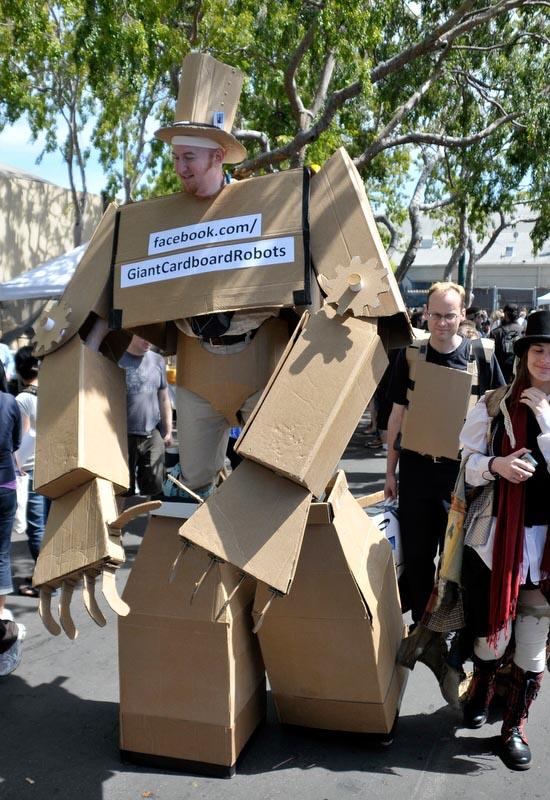amazing_giant_cardboard_robot_1