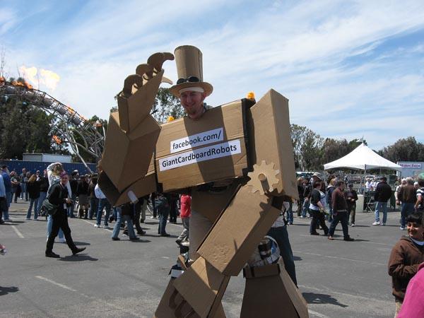 amazing_giant_cardboard_robot_3
